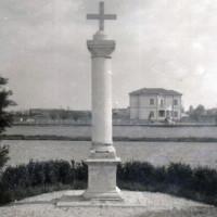Cippo a ricordo dei caduti del Caffé del Doro (Museo del Risorgimento e della Resistenza, fondo ANPI)