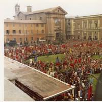 Piazza Martiri del 7 luglio 1960 fotografata dal teatro Romolo Valli in occasione del funerale di Alcide Cervi il 30 marzo 1970