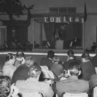 """Anni '60. Viserba. Comizio del Sindaco Walter Ceccaroni, col microfono sotto la tenda, alla festa dell'Unità alla """"Sirenetta"""""""