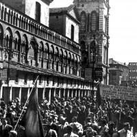 """25 aprile 1950. Piazza Trento e Trieste, delegazione della scuola provinciale del PCI """"Giordano Alberghini"""" al corteo per il quinto anniversario della liberazione"""