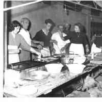 Festa del 1957: le compagne e i compagni delle cucine [ISMO, AFPCMO]