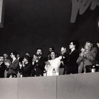 31 gennaio 1991. Rimini, padiglione fieristico. I dirigenti comunisti alla tribuna applaudono il Segretario Achille Occhetto al termine della sua relazione. Da sin. in basso si riconoscono Silvano Andriani, Vannino Chiti, ..., ..., ..., Lalla Trupia, Pietro Folena, …, …