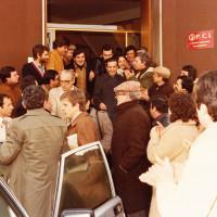 9 febbraio 1980. Rimini, Federazione del PCI in piazza Clementini. Il Segretario nazionale Enrico Berlinguer esce dalla sede della Federazione in Piazzale Clementini