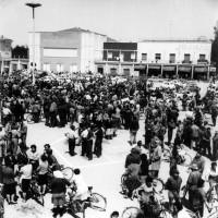 Alfonsine, piazza Gramsci, anni Sessanta. Sezione Terzo Lori a fianco del Milleluci