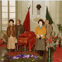1982, Palazzo Masdoni, sede della federazione PCI di Reggio Emilia: camera ardente in onore di Valdo Magnani. In primo piano a sinistra Loretta Giaroni e a destra Velia Vallini, dietro a sinistra Angelo Giampietri e a destra Giuseppe Soncini
