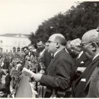 Cesare Campioli, sindaco della Liberazione di Reggio Emilia e fino al 1962, parla ai cittadini in piazza Cavour in occasione dei funerali delle vittime dell'eccidio del 7 luglio 1960