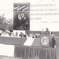 Un tavolo di oratori alla festa de L'Unità del 1985 presso il Campovolo