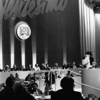 31 gennaio 1991. Rimini, padiglione fieristico. Alla tribuna il Segretario Nazionale del PCI Achille Ochetto svolge la sua relazione