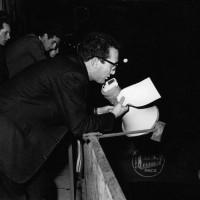 10 giugno 1965. Il Segretario Francesco Alici, dal balcone della Federazione del PCI in Via Soardi angolo Corso d'Augusto, con il megafono urla alla folla sottostante gli straordinari risultati elettorali ottenuti dal PCI riminese alle elezioni amministrative del 9 maggio 1965