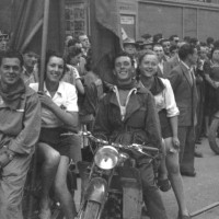 1948, due coppie di giovani motociclisti alla parata inaugurale della festa [ISMO, AFPCMO]