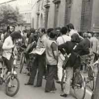Cittadini davanti alla sede del Partito comunista reggiano in via Toschi leggono da L'Unità l'annuncio della morte del segretario del PCI Enrico Berlinguer l'11 giugno 1984