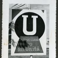 """Il cartellone della """"Associazione reggiana Amici de L'Unità"""" esposto alla festa del quotidiano comunista nel 1951"""