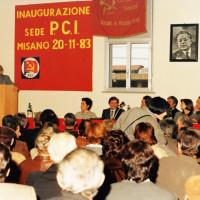 20 novembre 1983. Misano Adriatico. Nella sala della nuova sede del PCI il folto pubblico in ascolto dell'on. Alessandro Natta