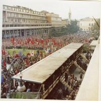 La folla fotografata dal teatro Valli mentre partecipa al funerale di Alcide Cervi, 1970