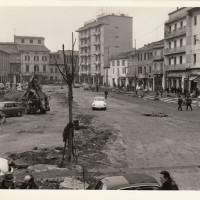 Fondo Fotografico Michele Minisci- facciata della Federazione durante lavori in piazza Cavour, 1977