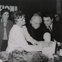 Modena, 1967. Bice Ligabue, Luciano Guerzoni e Alexandra Monachova del PCUS con un busto di Lenin in occasione delle celebrazioni per il 50° anniversario della Rivoluzione russa.  [ISMO, AFPCMO]