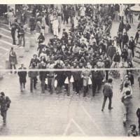 Un corteo del movimento del '77 raggiunge le Due Torri