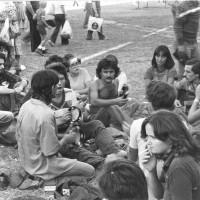 Modena. 1977. Un gruppo di giovani suona sul prato della festa nazionale [ISMO, AFPCMO]