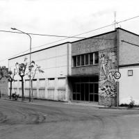 """Vista intera dell'edificio: si legge la scritta """"Rinascita"""" sulla facciata. [ISMO, AFPCMO]"""