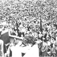 Folla al comizio del segretario del partito Palmiro Togliatti a conclusione della prima festa nazionale di Modena, nel 1957 [ISMO, AFPCMO]