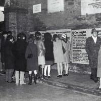 Cittadinanza in attesa della deliberazione del Consiglio comunale di Ferrara (da Processo all'Eridania, Documentario a cura di Renato Siiti, Editori Riuniti, 1970)
