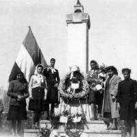 Donne di Savarna presso il cippo ai caduti della Resistenza, manifestazione contro il Patto Atlantico, aprile 1949
