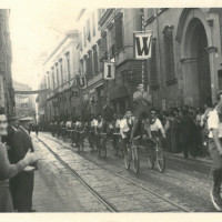 Il corteo degli amici de L'Unità sfila sulla via Emilia all'altezza del portico del collegio [ISMO, AFPCMO]