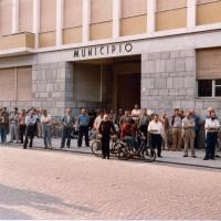 Cittadinanza che assiste a un comizio dopo la morte di Enrico Berlinguer, estate 1984