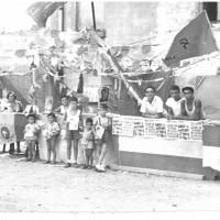Banchetto di una festa de l'Unità, con la bandiera della cellula del quartiere Sacca. Modena, anni Cinquanta [ISMO, AFPCMO]