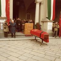 L'ingresso del Municipio di Reggio Emilia in piazza Prampolini in occasione del funerale di Valdo Magnani, 1982. Con la fascia tricolore il sindaco Ugo Benassi, di fronte a lui Alessandro Carri