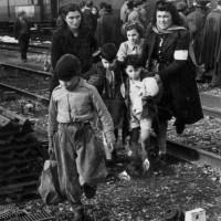 Arrivo dei bambini romani in stazione Modena, 1947