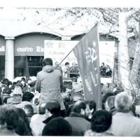Manifestazione del PCI e della FGCI davanti alla libreria Rinascita, i cui portici si vedono sullo sfondo [ISMO, APCMO]