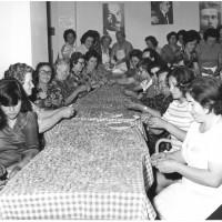 Anni '70, preparazione dei tortellini per la festa de l'Unità, sotto l'occhio vigile di Lenin, Togliatti e Gramsci [ISMO, AFPCMO]