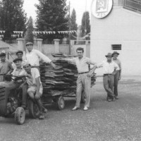 1958, una squadra di allestitori della festa provinciale [ISMO, AFPCMO]