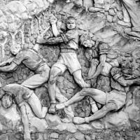Dettaglio dell'altorilievo di Veldo Vecchi, scena che raffigura un episodio della lotta partigiana: Luciano Orlandi ucciso dai nazifascisti nel 1944.  [ISMO, AFPCMO]