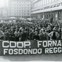 Manifestazione della cooperativa fornaciai di Fosdondo in piazza Martiri del 7 luglio 1960, anni '60