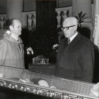 Il Presidente della Camera dei Deputati Sandro Pertini, rende omaggio alla salma di Alcide Cervi nella Sala del Tricolore del Municipio di Reggio Emilia, 1970