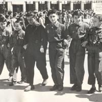 Figli di dipendenti delle Reggiane sfilano per le vie di Reggio Emilia durante la lotta per la salvezza della fabbrica. I due bambini a sinistra e a destra tengono in mano un modellino del trattore R 60, 1950/51