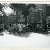 Operaie presso i cancelli d'ingresso del Calzificio Bloch in via Fratelli Manfredi a Reggio Emilia, 1978