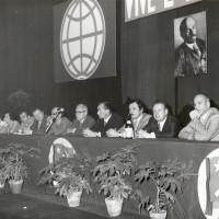 1970, presso il palazzo dello sport di Reggio Emilia si celebra il centenario della nascita di Lenin. Da sinistra a destra Ione Bartoli, Velia Vallini e Giannetto Magnanini (quarto). Primo a destra Gianetto Patacini