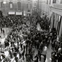 In piazza Prampolini una folta folla di cittadini attende di entrare in Municipio per rendere omaggio alla salma di Alcide Cervi, 1970