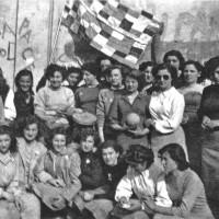 1946, un gruppo di donne posa con una bandiera multicolore realizzata per la prima festa dell'Unità di Modena [ISMO, AFPCMO]