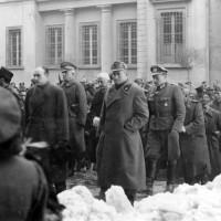 Gennaio 1945, sullo sfondo di Palazzo Allende autorità nazifasciste partecipano alla cerimonia per la presa del potere del nazismo
