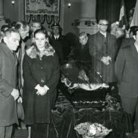 La Sala del Tricolore del Municipio di Reggio Emilia allestita a camera ardente in occasione del funerale dell'ex sindaco Cesare Campioli, 1971