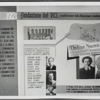 Pannello di una mostra alla festa dell'unità del 1951 sulla storia del partito comunista, con l'elenco completo dei membri della federazione modenese dopo il primo congresso.  [Biblioteca Civica d'arte e architettura Luigi Poletti, POS 6392]