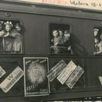 """Arrivo del treno della felicità, Modena, 1948. L'espressione """"treni della felicità"""" fu coniata da Alfeo Corassori, sindaco di Modena dal 1945 al 1962.  [Fondo Camera del lavoro di Modena, Archivio Fotografico, Archivio Istituto storico di Modena, Modena]"""