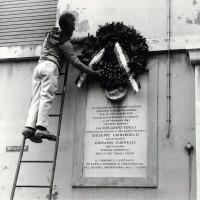 23 aprile 1972, deposizione di una ghirlanda sulla lapide commemorativa