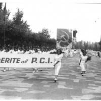 Modena, festa provinciale dell'Unità, 1947. Sfilata inaugurale con la scritta «aderite al PCI» [ISMO, AFPCMO]