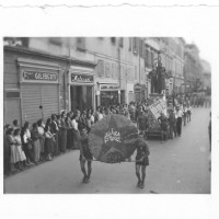 Sfilata dei carri allegorici del 1948, in apertura alla festa provinciale [ISMO, AFPCMO]
