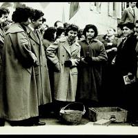 Berlinguer e un gruppo di giovani durante un evento per la costruzione dell'edificio, 1955